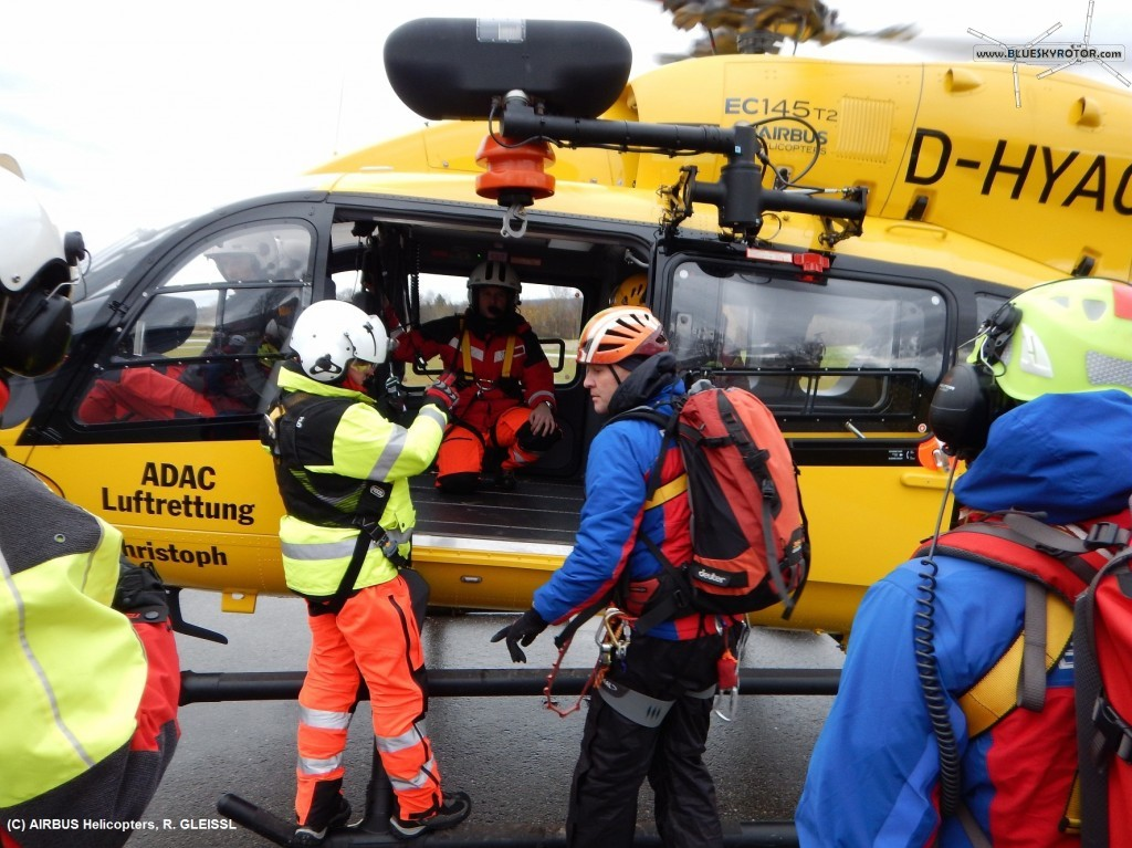 EC145 T2 ADAC loading rescue crew members (D-HYAC)