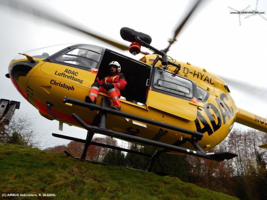EC145 T2 ADAC loading rescue crew on the hill